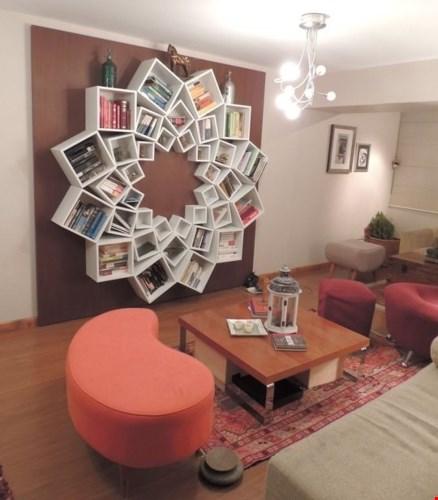 Với kiểu thiết kế này, bạn vừa có thể trang trí cho bức tường đơn điệu trở nên sinh động, vừa tạo được nơi cất trữ sách vở và đồ đạc tiện lợi.