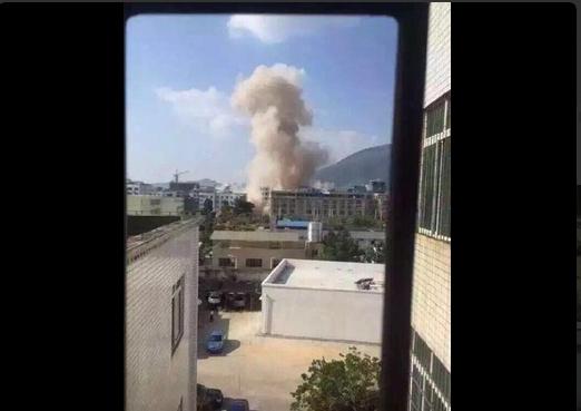 Có thể nhìn thấy cột khói bốc lên trên bầu trời