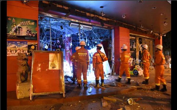 Lực lượng cứu hỏa đang làm việc, trong số các địa điểm xảy ra nổ có cả trung tâm thương mại (Ảnh: twitter)