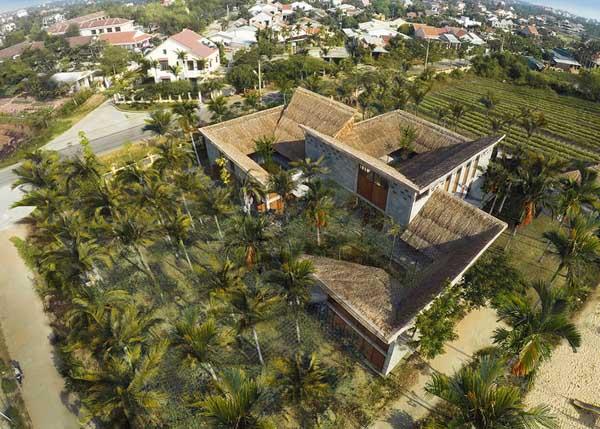 Công trình lấy cảm hứng từ hình ảnh sân trong, mái dốc phố cổ, kết hợp vườn cau, giàn dây leo đặc trưng thôn dã.