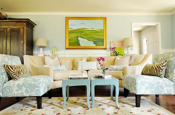 Lọ hoa tươi trong phòng khách sẽ tạo cảm giác gần gũi đối với người mua nhà