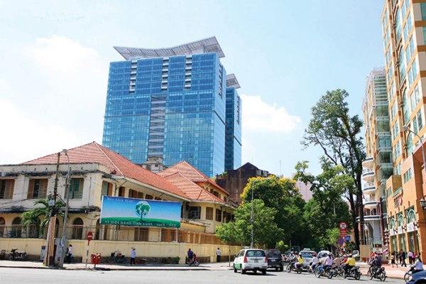 Khu đất vàng 164 Đồng Khởi, nằm dối diện Nhà thờ Đức Bà, đã được một liên danh trúng thầu trước đấy trả lại cho thành phố. Khu đất này đang nằm trong kế hoạch tái đấu thầu để chọn nhà đầu tư mới.
