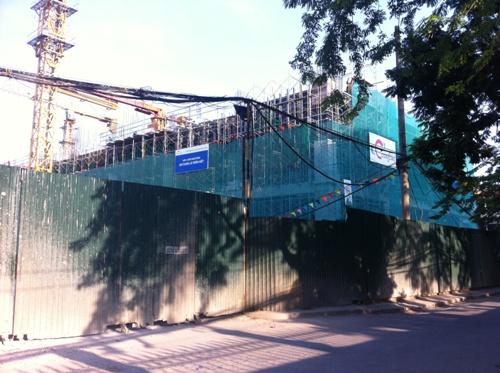 Công trình đang xây dựng, nhìn từ bên ngoài đường Phùng Chí Kiên. Công trình đang xây thô phần thân đến tầng 3