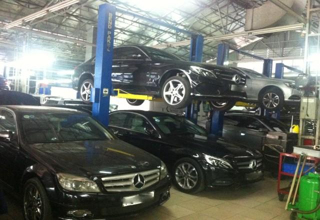 Một số xe ôtô được phản ánh bị chết máy sau khi đổ xăng A95 đang được sửa chữa tạ garage Hàng Xanh. Ảnh: ĐĂNG HẢI