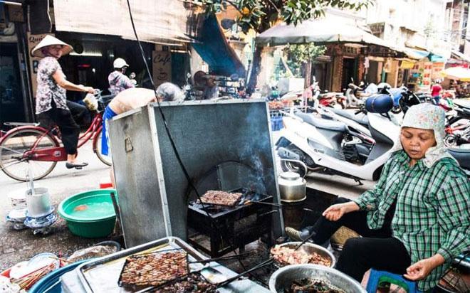 <b></div><div></div></div><p> </p>1. Hà Nội, Việt Nam</b><p>Tổng thống Mỹ Barack Obama có lẽ đồng tình với đánh giá này. Trong chuyến thăm Việt Nam mới đây, ông Obama đã cùng đầu bếp nổi tiếng Anthony Bourdain thưởng thức bữa bún chả với giá 6 USD ở quán Hương Liên. Theo Telegraph, rõ ràng ông chủ Nhà Trắng đã biết rõ về thế mạnh ẩm thực mà Hà Nội sở hữu.</p><p>Các chuyên gia ấm thực của tờ báo Anh cũng khuyến nghị du khách đến Hà Nội hãy thưởng thức các món ăn như người địa phương, với những món ăn đường phố được nấu tại chỗ như hủ tiếu, bánh mì, cơm tấm... Một món đồ uống ở Hà Nội được đề cập là cà phê trứng - loại cà phê đánh với lòng trắng trứng và đường, uống nóng hoặc lạnh.