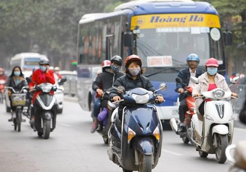 Phần lớn người đi xe máy, xe đạp đeo khẩu trang khi ra đường (Ảnh chụp trên đường Minh Khai, Hà Nội chiều 3/3). Ảnh: Như Ý