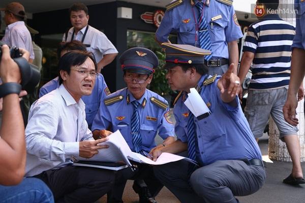 Lực lượng của nhà ga phân chia hỗ trợ hành khách.