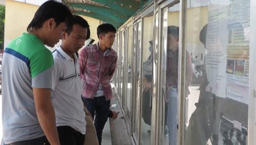 Người lao động tìm việc tại KCN Bắc Thăng Long (Đông Anh, Hà Nội) sáng 21/2. Ảnh: Quỳnh Nga.