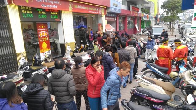 Người dân xếp hàng dài chờ tới lượt trước Trung tâm vàng DOJI 209 Xã Đàn, Đống Đa, Hà Nội