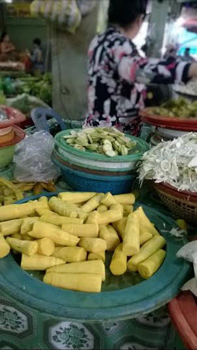 Một quầy ở chợ Thanh Khê bán măng có màu vàng đậm không hay biết cảnh báo của cơ quan chức năng