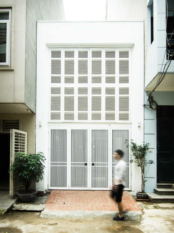 Mặt tiền căn nhà được thiết kế vô cùng độc đáo nhờ tầng 2 được ghép từ hàng chục cánh cửa sổ.