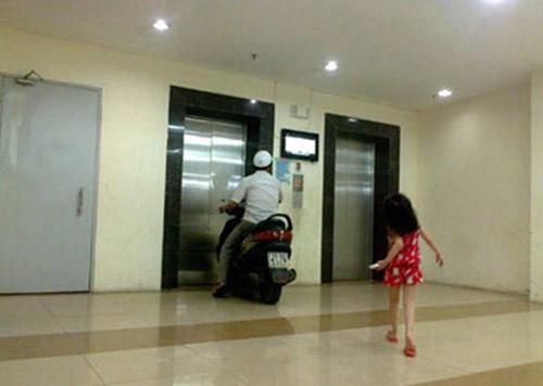 Bức ảnh thanh niên chạy xe thẳng vào thang máy được cộng đồng mạng chia sẻ.