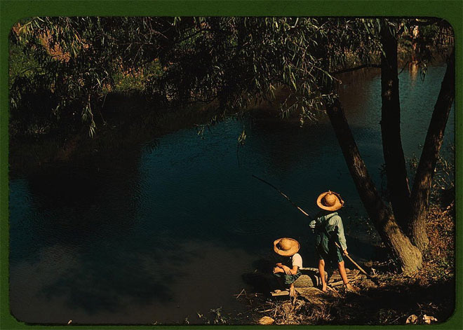 Những cậu bé đang câu cá trên một nhánh sông ở Schriever, bang Louisiana, mùa hè năm 1940.</p></div><div></div></div><p> </p><p>