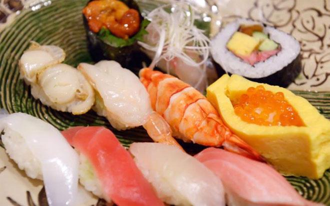 """<b></div><div></div></div><p> </p>2. Tokyo, Nhật Bản</b><p>Ở Tokyo có nhiều nhà hàng đạt giải thưởng ẩm thực Michelin Stars hơn bất kỳ thành phố nào khác trên thế giới. """"Tokyo không chỉ có sushi. Từ món thịt lợn cốt-lết tonkatsu, lương unagi, cho tới bánh okonomiyaki, và tất cả những món từ đậu phụ, Tokyo là nơi có một số lượng gây choáng ngợp về các nhà hàng chuyên về ẩm thực Nhật Bản... Đây thực sự là một cõi niết bàn cho những người đam mê ẩm thực"""", chuyên gia ẩm thực Danielle Demetriou của Telegraph nhận xét.</p><p>"""