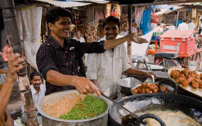<b></div><div></div></div><p> </p>4. Jaipur, Ấn Độ</b><p>Jaipur là một trong số ít những địa phương của Ấn Độ có những món ăn từng được nấu cho các Rajput - các vị hoàng tử chiến binh cai trị phần lớn bang Rajasthan cho tới tận thập niên 1960. Ngoài các món nướng, Jaipur còn nổi tiếng với món cà-ri dê. Công thức nấu món này gồm 45 quả ớt và 1 kg thịt dê, cùng tỏi, hành và sữa chua. Do rất cay, món này thường được dùng kèm với cơm trắng hoặc bánh mì.