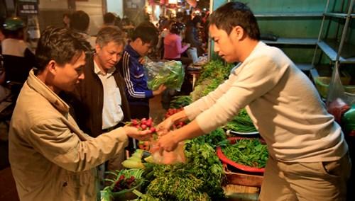 Rau xanh tại các chợ tăng giá gấp đôi, gấp 3 ngày thường. Ảnh: Như Ý.