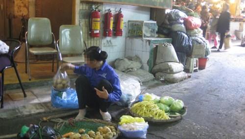 Cân chuẩn để đối chứng ở các chợ dân sinh đa số gỉ sét, hỏng hết. Ảnh: Q.N.