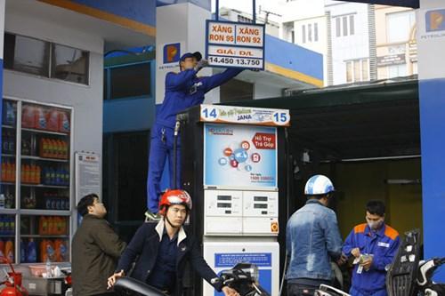 Theo các chuyên gia, nền kinh tế chưa được hưởng lợi nhiều từ giá xăng dầu giảm.Ảnh: Như Ý.