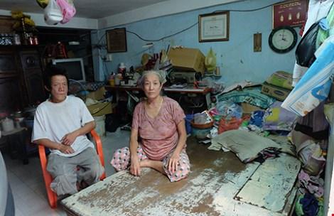 Người mẹ bệnh tật và người anh tâm thần của bà Thạch phải sống tạm bợ trong căn nhà có nguy cơ sụp đổ.