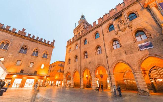 <b></div><div></div></div><p> </p>7. Bologna, Italy </b><p>Người Italy coi những món ăn ở Bologna là ngon nhất trên cả nước. Có nhiều đặc sản của Italy bắt nguồn từ vùng này, như món nước sốt bolognese hay xúc xích baloney, thịt xông khói parma, pho mát parma... Những người yêu ẩm thực dễ dàng tìm thấy rất nhiều cửa hàng thực phẩm, chợ ngoài trời, nhà hàng từ cao cấp tới bình dân ở Bologna.