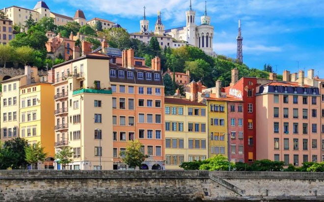 """<b></div><div></div></div><p> </p>8. Lyon, Pháp</b><p>Lyon được coi là nơi lý tưởng nhất để thưởng thức tinh hoa ẩm thực Pháp. Du khách đặt chân tới Lyon thường tìm đến những quán ăn nhỏ và thưởng thức những món đặc sản như dạ dày bò. Ngoài ra, ở Lyon cũng có nhiều loại chocolate và loại pho mát """"cervelle de canut"""" ngon nổi tiếng."""