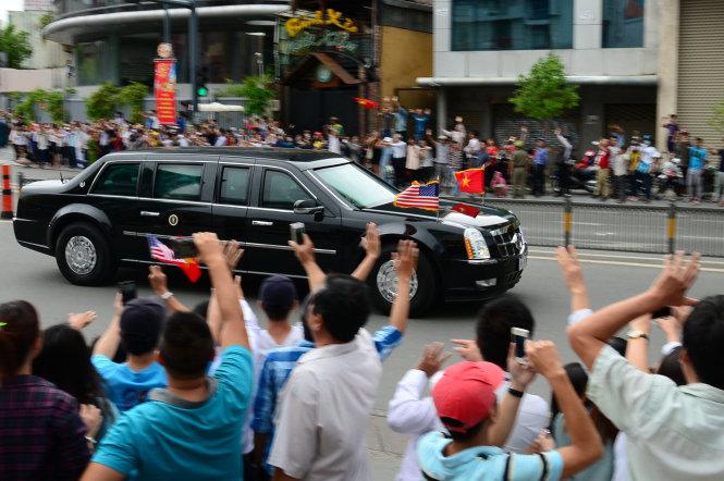 Người Sài Gòn đón Tổng thống Obama - Ảnh: T.T.D.