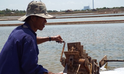 Đầu vụ ông Mai Văn Yên, ấp Cồn Cù, xã Dân Thành, Duyên Hải (Trà Vinh) lấy nước mặn vào khuôn ruộng muối.