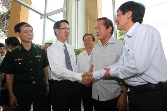 Ủy viên Bộ Chính trị, Trưởng Ban Tuyên giáo Trung ương Võ Văn Thưởng (thứ 2 từ trái sang) trao đổi với đại biểu tại hội nghị sáng 22-4