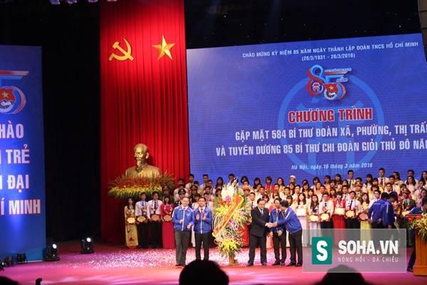 Bí thư Hoàng Trung Hải tặng hoa cho Đoàn Thanh niên Hà Nội.
