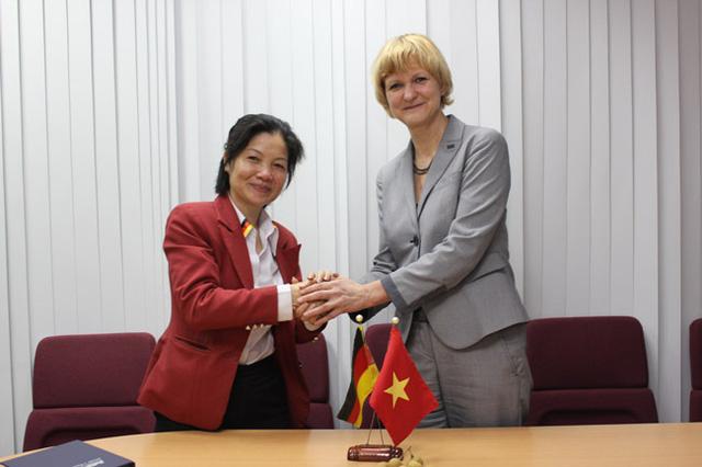 Bà Hương (bên trái) và đối tác Đức
