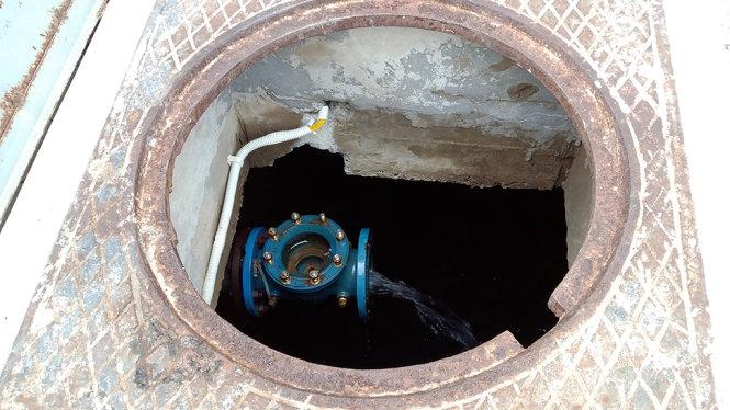 Nhiều ngày nay, bể nước ngầm của tòa chung cư cao cấp CT3 luôn trong tình trạng khan hiếm nước do áp lực nước không đủ bơm vào bể - Ảnh: Lâm Hoài