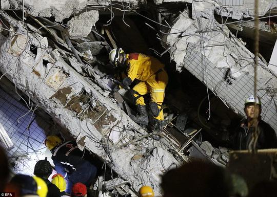 Chung cư 17 tầng đổ sập. Ảnh: EPA