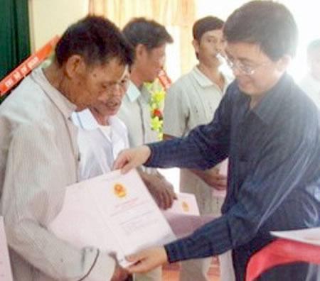 Lãnh đạo UBND tỉnh Bình Định trao sổ đỏ thuộc Dự án VLAP cho người dân H. Tuy Phước.