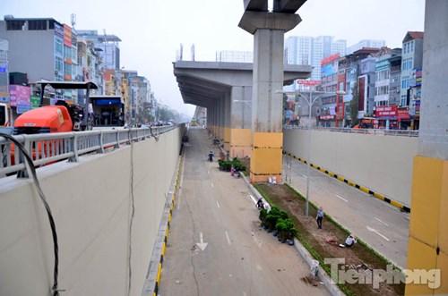 Hầm chui Thanh Xuân (quận Thanh Xuân, TP Hà Nội) nằm tại nút giao thông 4 tầng tại ngã tư Nguyễn Trãi - Khuất Duy Tiến.     Với chiều dài 980 m, được khởi công từ tháng 6/2014. Hầm có tổng mức đầu tư 500 tỷ đồng, sử dụng vốn ODA Nhật Bản.      Mỗi bên hầm có bốn làn xe chạy, mỗi làn 3,5m, đây là tầng dưới cùng của nút giao 4 tầng đầu tiên của Hà Nội.         Trong đó, chiều dài của phần hầm kín là 109 m, mặt cắt ngang 14 m, bốn làn xe chạy.          Đến thời điểm này, đơn vị thi công hầm chui Thanh Xuân đã cơ bản hoàn thành các hạng mục. Ngoài ra, một số hạng mục cơ bản như rào chắn, thảm cỏ, sơn phản quang,... cũng đang được gấp rút hoàn thành.          Khi đưa hầm chui Thanh Xuân vào hoạt động thì người đi bộ và xe đạp sẽ không được phép lưu thông xuống hầm.          Các công nhân đang gấp rút hoàn thành công việc sơn tại dải phân cách giữa hai làn đường.          Thảm cỏ cũng cơ bản được hoàn thành.          Dây điện dọc theo hầm được bó gọn.                  Hệ thống thoát nước cũng đã được hoàn thiện.          Tuy nhiên, phía bên ngoài hầm chui một số đoạn đường vẫn chưa thi công xong.          Việc đưa hầm chui Thanh Xuân vào hoạt động làm giảm mật độ giao thông tại ngã tư Nguyễn Trãi - Khuất Duy Tiến thường xuyên xảy ra tắc đường vào giờ cao điểm.          Tại nút giao Trung Hoà (quận Cầu Giấy, TP Hà Nội) một hầm chui cũng được xây dựng và chuẩn bị đưa vào hoạt động.          Hầm được khởi công vào đầu năm 2015, với chiều dài gần 700 m, nối Đại lộ Thăng Long với đường Trần Duy Hưng và ngược lại với tổng mức đầu tư khoảng 700 tỷ đồng.          Hầm chui được thiết kế 3 làn xe cơ giới rộng 3,5 mét 1 làn.          Đến thời điểm này, nhiều hạng mục thi công của hầm chui được hoàn thiện.          Đây cũng là nút giao 3 tầng ở Thủ đô.          Các biển báo được lắp đặt.          Phần hầm qua gầm cầu cạn sẽ được nối tiếp với đoạn hầm hở của dự án đường Đại lộ Thăng Long.          Việc đưa hầm chui này vào hoạt động sẽ giảm tải các phương tiện tại ngã tư trên.        