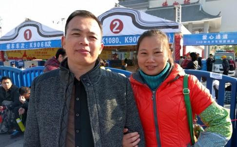 Chị Liu Mei và chồng Chu Yangjian, đều là công nhân và đang đợi tàu ở ga Foshan-Quảng Đông để về quê