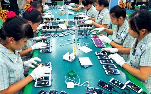 Công nhân Việt Nam lắp ráp điện thoại ở nhà máy Samsung.