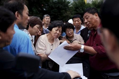 NĐT cá nhân Trung Quốc quyết định đầu tư theo đám đông, thiếu phân tích, cân nhắc. Nguồn: Reuters Giải pháp nào?