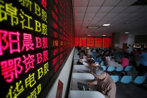 """Các nhà đầu tư nước ngoài đang """"tháo chạy"""" khỏi các thị trường chứng khoán ở châu Á, trong đó có Trung Quốc Ảnh: REUTERS"""