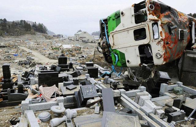 Tàu bị hư hại nặng sau thảm hoạ kép tại Onagawa. (Ảnh: Reuters)