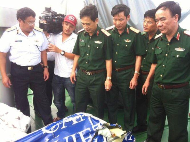 Trung tướng Phan Văn Giang (thứ ba từ trái sang) quan sát mảnh vỡ của chiếc máy bay CASA-212 - Ảnh: Hoàng Hà
