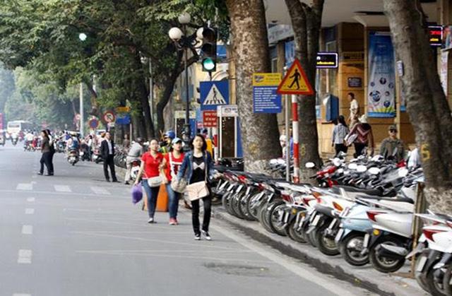 Hà Nội và TP HCM có nhiều tuyến phố không còn đường cho người đi bộ.