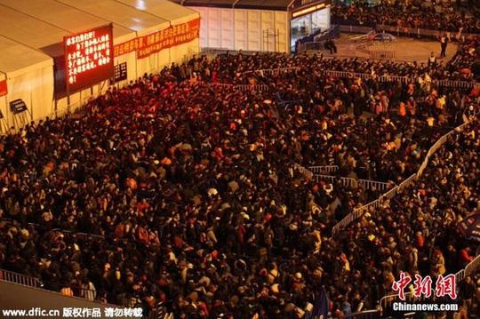 Hành khách đợi tàu vào đêm 1-2 Ảnh: CHINA NEWS