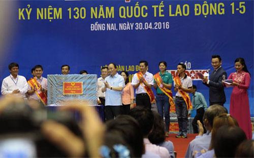 Thủ tướng Nguyễn Xuân Phúc tặng quà cho đại diện công nhân tại các khu công nghiệp - Ảnh: Mỹ An.