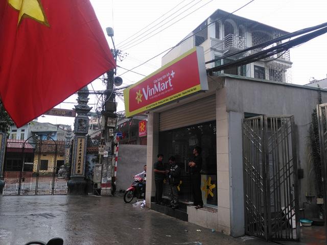 Các siêu thị mini của Vingroup len lỏi trong từng ngõ ngách đô thị khiến người dân choáng ngợp, chủ hàng tạp hóa đứng ngồi không yên. Ảnh: M.T.