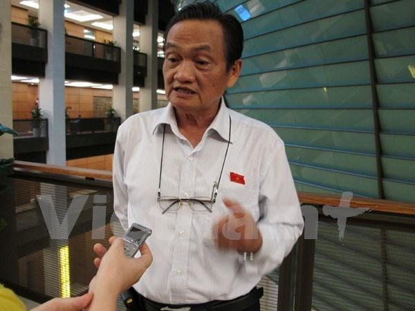 Đại biểu Quốc hội Trần Du Lịch đang trả lời báo chí (Ảnh: Đức Duy/Vietnam+)