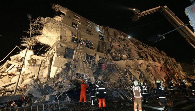 Lực lượng cứu hộ đang đưa người ra khỏi đống đổ nát ở Đài Nam sáng 6-2 - Ảnh: AFP