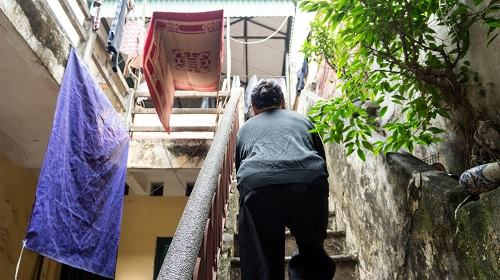 Để phơi phóng và cất trữ đồ đạc không dùng tới, bà Hiển lại phải lên xuống tiếp tục hàng chục bậc cầu thang nữa mới đến được khu vực phơi phóng.