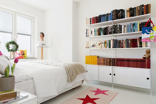 Điểm nhấn của không gian nghỉ ngơi được tạo nên bởi tấm thảm nhỏ xinh trải sàn, gối nằm, đèn ngủ, chậu cây xanh và vô vàn những cuốn sách trên kệ.