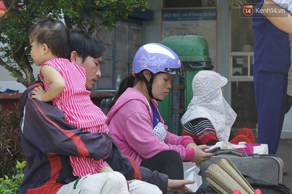Một gia đình tỏ ra mệt mỏi vì phải đợi trong khoảng thời gian dài