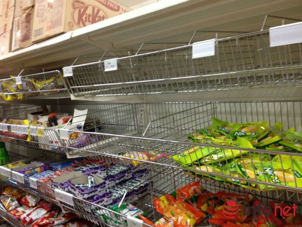 Quầy bánh kẹo chỉ lèo tèo một số sản phẩm